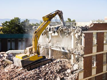 Premieră: proprietarii unei vile din Vitan pot dărâma blocul vecin, cu 10 etaje, care le-a umbrit existența