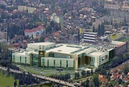 Carrefour continuă extinderea în România: vrea un spaţiu în mallul din Braşov al lui Sołowow