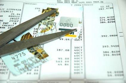 Datoriile cu care rămâni după achitarea tuturor datoriilor către bancă: atenţie la închiderea cardurilor