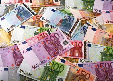 Partea bună a instabilităţii economice mondiale: euro scade şi petrolul se ieftineşte