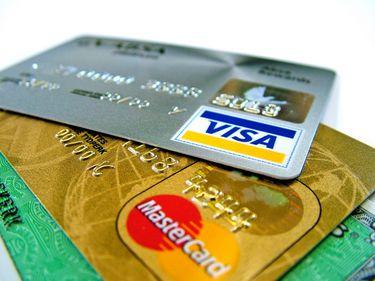 Românii, mai responsabili? Mai puţini bani cheltuiţi cu cardul şi mai multe depozite bancare