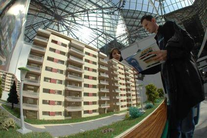 Vânzătorii de case noi atrag clienţi cu maşini-cadou