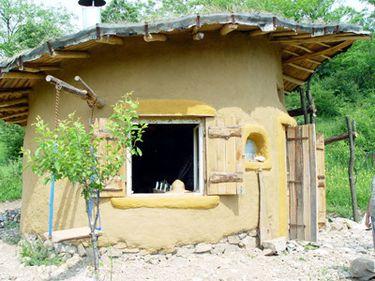 """Amestecul de lut şi paie, material din nou """"la modă"""" în construcţia caselor eco"""