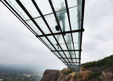 Pod de sticlă de mare lungime, inaugurat în China: priveliștea este amețitoare, de la 180 metri înălțime (FOTO)