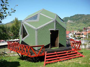 Case cu forme futuristice, la preţuri de criză