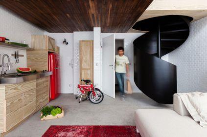 Idei de amenajare: lemn, beton şi sticlă, într-o locuinţă de 36 mp