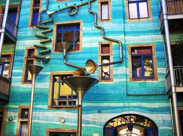 Proiecte creative: Clădirea colorată, transformată de ploaie în instrument muzical (FOTO)