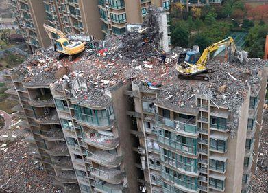 O clădire din China este demolată de sus în jos, la doar câteva luni de la finalizare