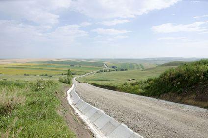 35% din drumurile României sunt pietruite și de pământ