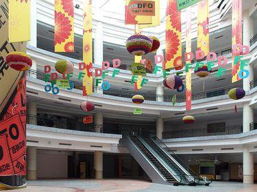 Cum arată cel mai mare mall din China, gol în proporţie de 99%