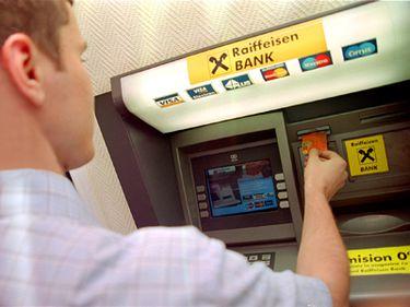 Raiffeisen Bank va întrerupe sâmbătă noapte sistemul de carduri