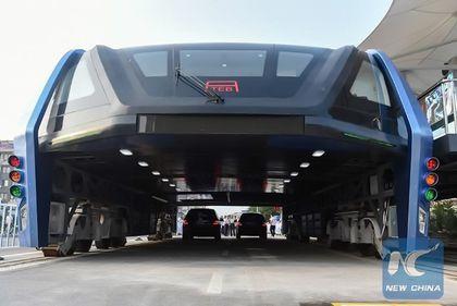 Transportul public, la alt nivel: autobuzul care circulă deasupra mașinilor, o realitate în China (FOTO)