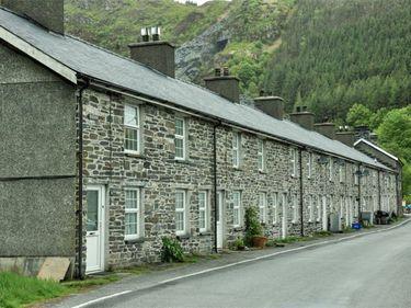 Un sat întreg din Țara Galilor este mai ieftin decât o garsonieră londoneză de lux