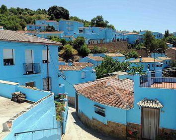 Transformarea coloristică a unui sat din Spania i-a adus faimă pe plan internaţional