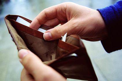 Șase din zece români întâmpină probleme financiare când apar cheltuieli importante