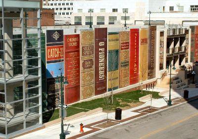 Raftul uriaș de cărți – soluția ingenioasă de a masca parcarea de lângă una dintre cele mai frumoase biblioteci ale Americii (FOTO)