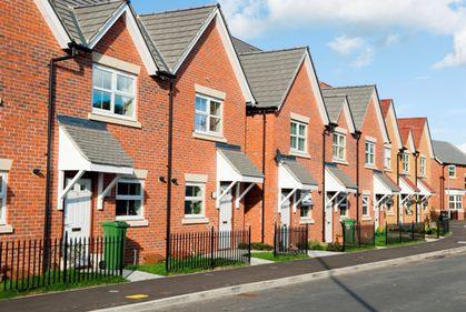 Deficit de locuinţe, în Marea Britanie. Clienţii de prima casă ridică preţurile