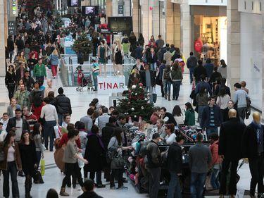 Paradoxul ultimului weekend dinaintea Crăciunului: Mallurile sunt pline ochi, însă oamenii vin, se uită şi pleacă
