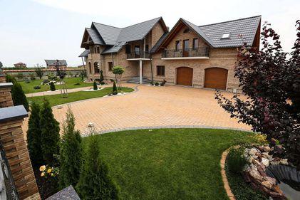 Amenajarea grădinii, în ton cu arhitectura casei. Sfaturi pentru alegerea pavajului (FOTO)