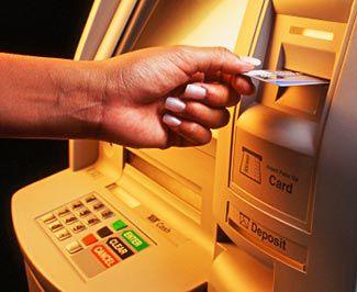 Cum recuperezi banii blocaţi de bancomat?