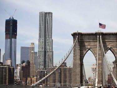 New York îşi schimbă arhitectura, în memoria atentatelor din 9/11. Noul World Trade Center devine cea mai înaltă clădire din oraş.