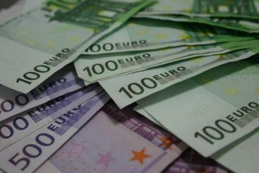 Topul parlamentarilor datornici la bănci