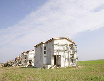 Majoritatea românilor ar vrea să îşi construiască propria casă, decât să cumpere un apartament