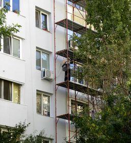 Reabilitarea termică a locuinţelor continuă în 2013, dar UE i-ar putea pune pe români la plată