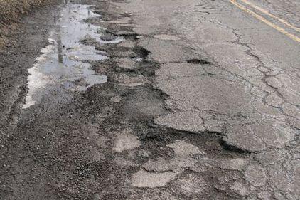 Este oficial: românii circulă pe drumuri expirate. Jumătate din infrastructura ţării trebuia schimbată demult.
