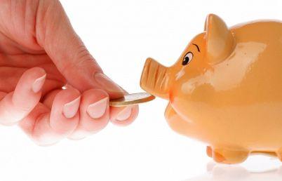 Românii ori strâng banii la saltea, ori sunt risipitori. Bulgarii economisesc cu 60% mai mult în bănci