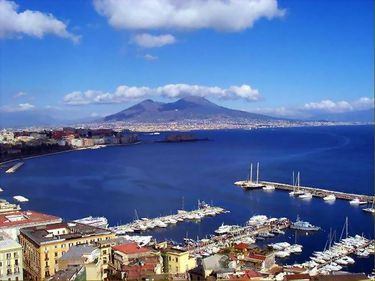 Napoli, un oraş captivant, cu locuinţe la jumătate de preţ faţă de Roma