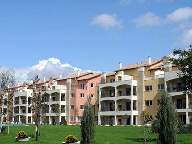 Raiffeisen vinde la licitaţie trei blocuri nefinalizate din Braşov cu 5,4 mil. euro