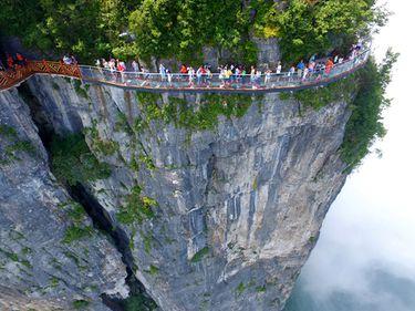 Senzații tari, la înălțime: China inaugurează un drum montan de sticlă, la 1.403 metri de pământ (FOTO)