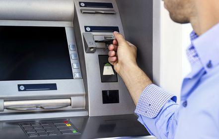 Costurile ascunse de la bancomate, subiect de dispută