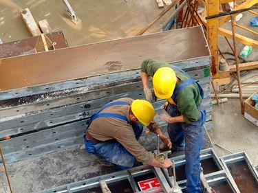 INS: continuă tendinţa descendentă din construcţii